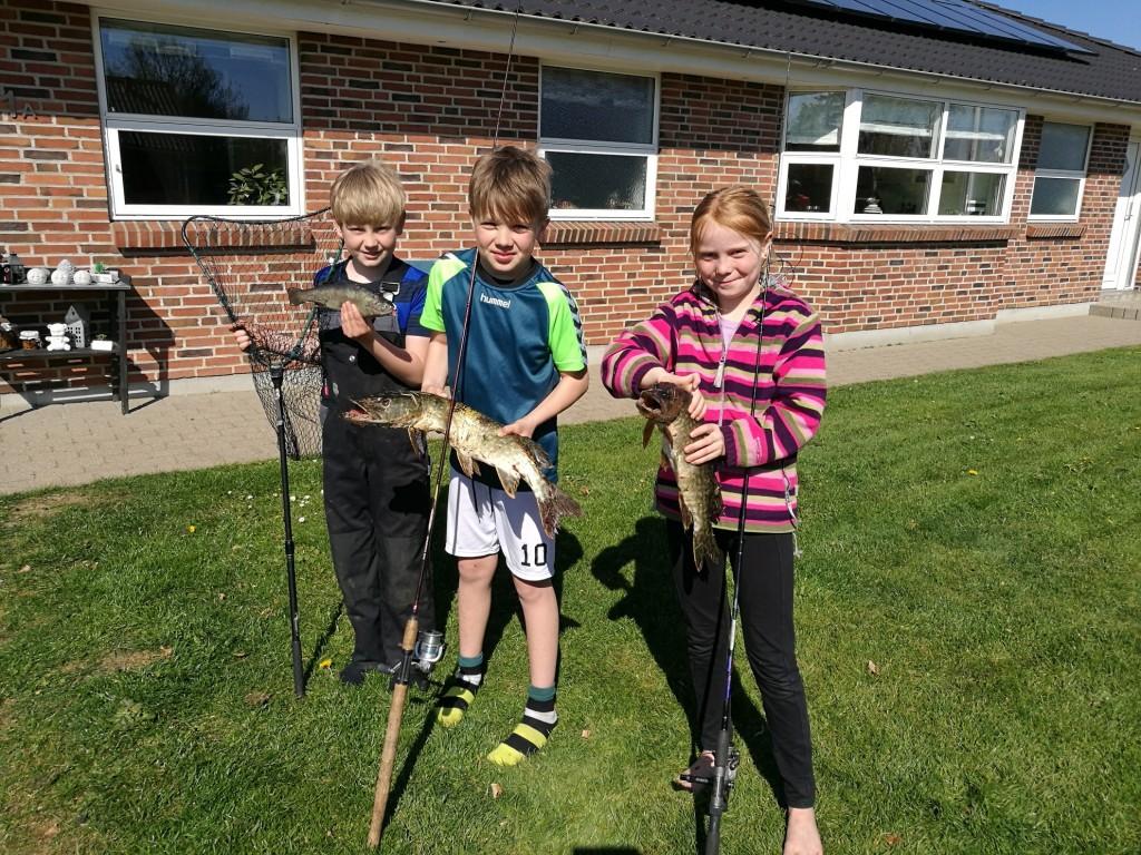 Lukas, Emma og Hjalte med dagens fangst